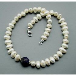 Perlenkette - weiße Süßwasser-Zuchtperlen mit Charoit 44,5 cm